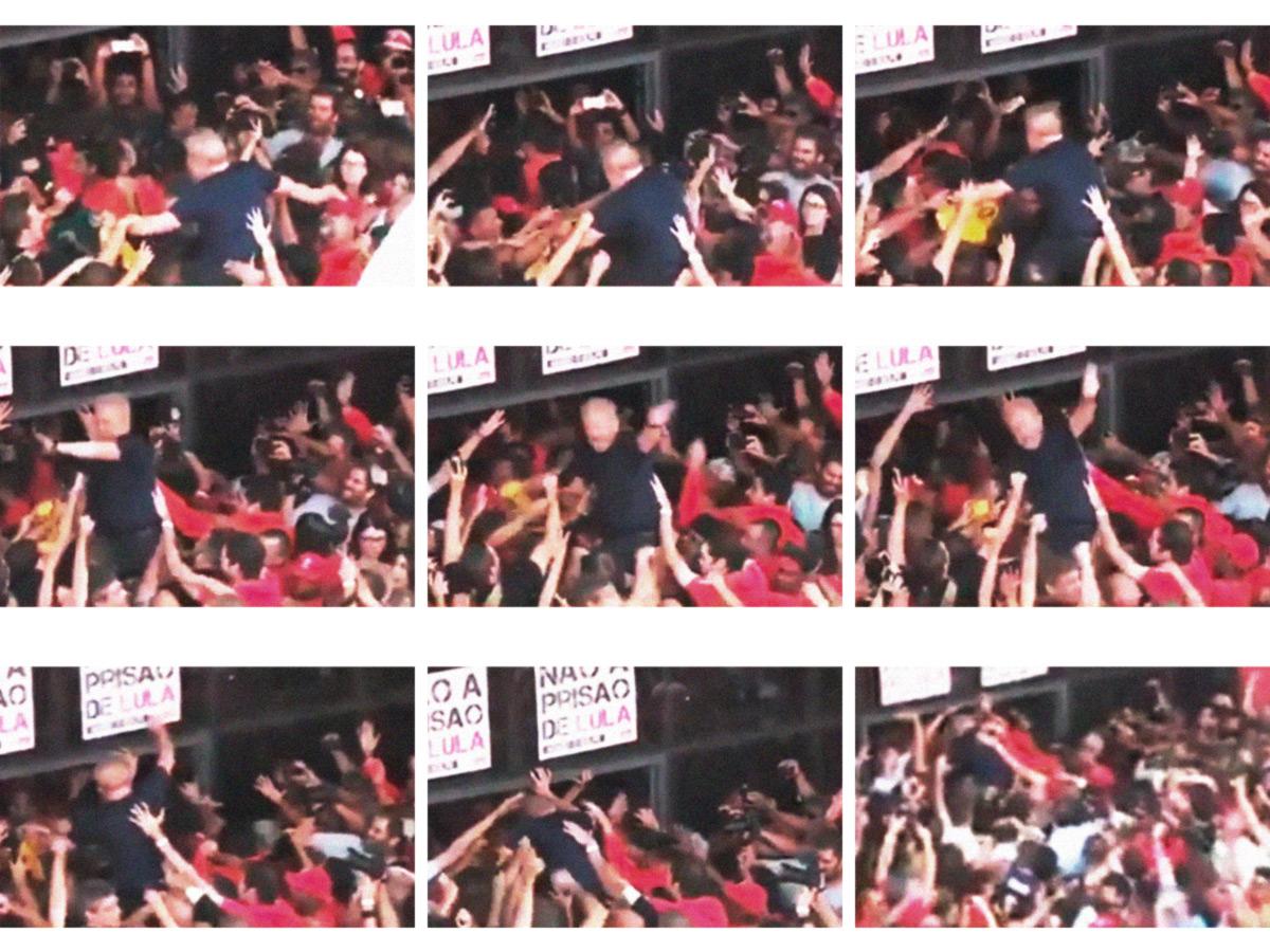 Após pronunciamento, Lula é carregado pela multidão e acena antes de desaparecer dentro do prédio do Sindicato dos Metalúrgicos do ABC