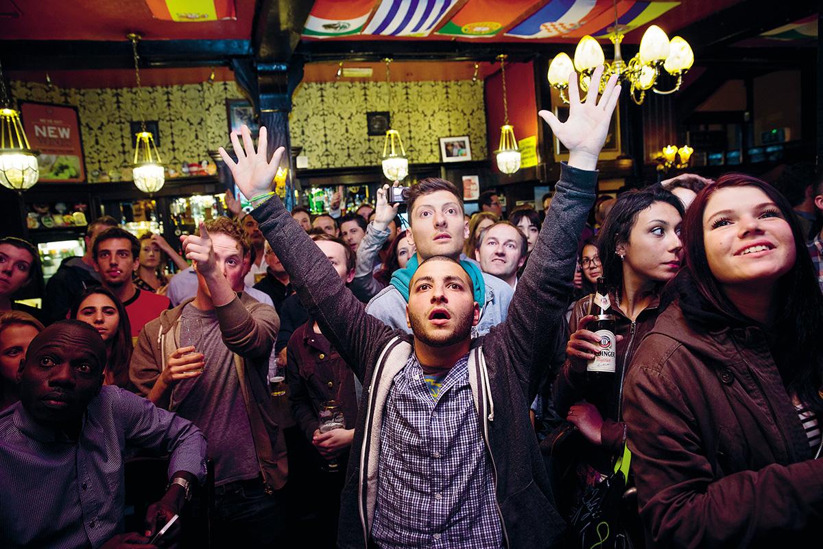 Londres era um mexidão de multiculturalismo vibrante e dinheirama ansiosa, ou multiculturalismo ansioso e dinheirama vibrante – no meio em que eu vivia, era dificílimo dizer quem era o imigrante de primeira geração, de segunda geração, e quem era o suposto local, o da gema