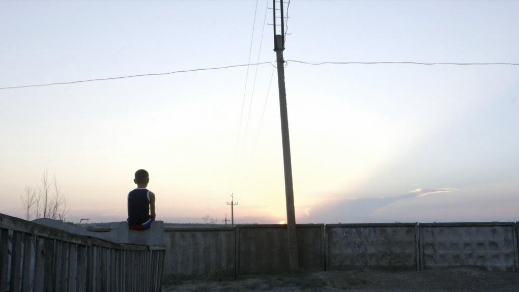 Documentário acompanha rotina de órfão em zona de guerra na fronteira leste da Ucrânia.