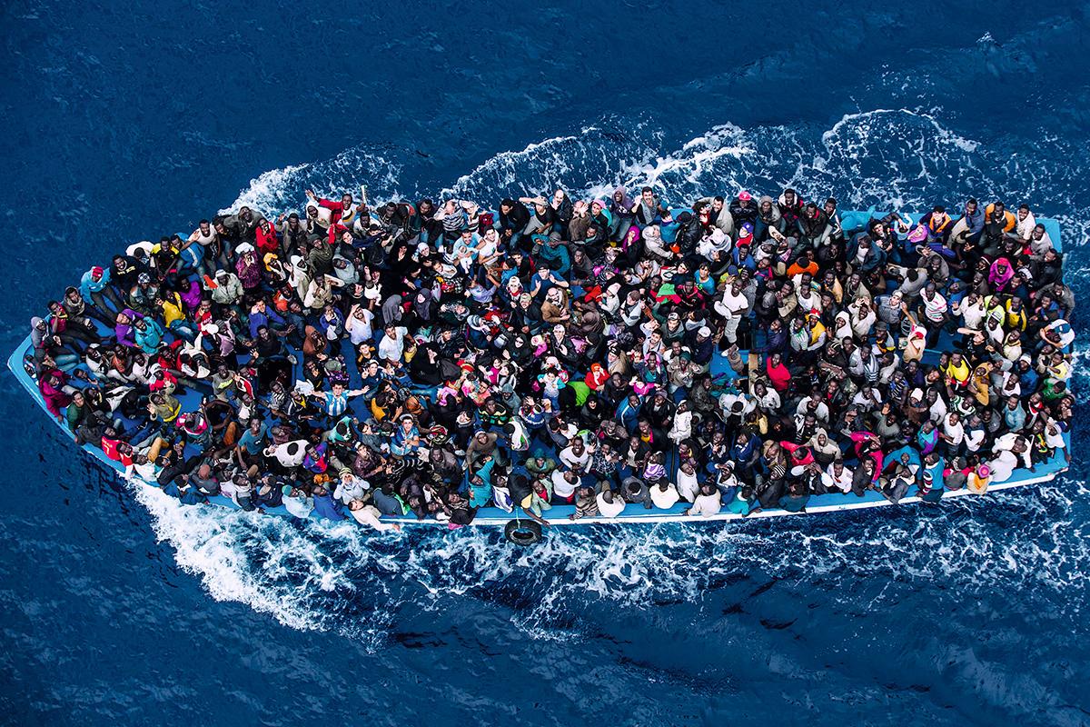Às vezes, ficamos sabendo que um barco afundou, que as pessoas fogem da Síria por causa da guerra e da África por causa da fome e das perseguições, mas não sabemos nada das vidas por trás dessas notícias. Só entenderemos as dificuldades dos refugiados se conhecermos suas histórias