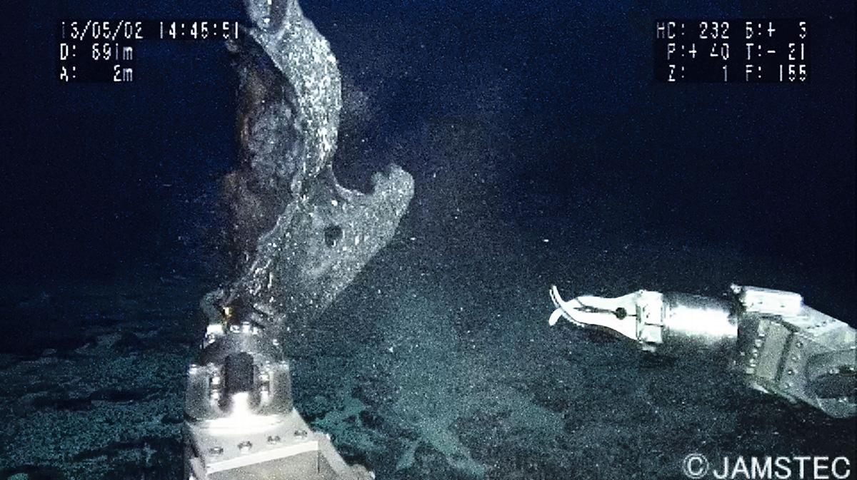 O braço mecânico do submersível Shinkai 6500 coleta amostra de crosta na Elevação do Rio Grande, chapada gigantesca no fundo do Atlântico Sul. Embora não haja ali nenhum vestígio de civilizações perdidas, o minicontinente submerso vem sendo chamado pelos pesquisadores de Atlântida
