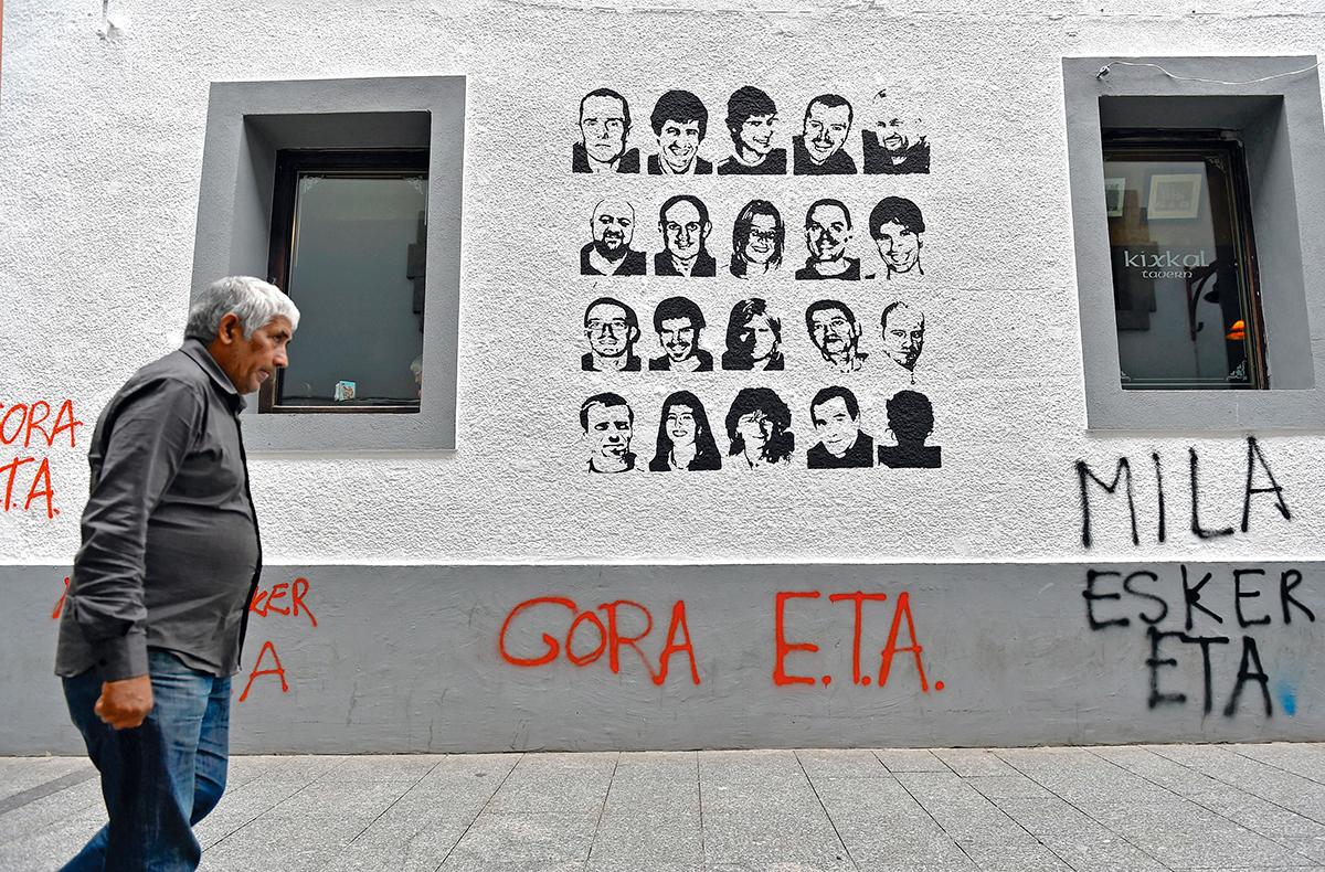 """Nos muros de Hernani, cidade do País Basco, o extinto grupo terrorista ainda é reverenciado com frases como """"Viva ETA"""" (Gora ETA) e """"Muito obrigado ETA"""" (Mila Esker ETA)"""
