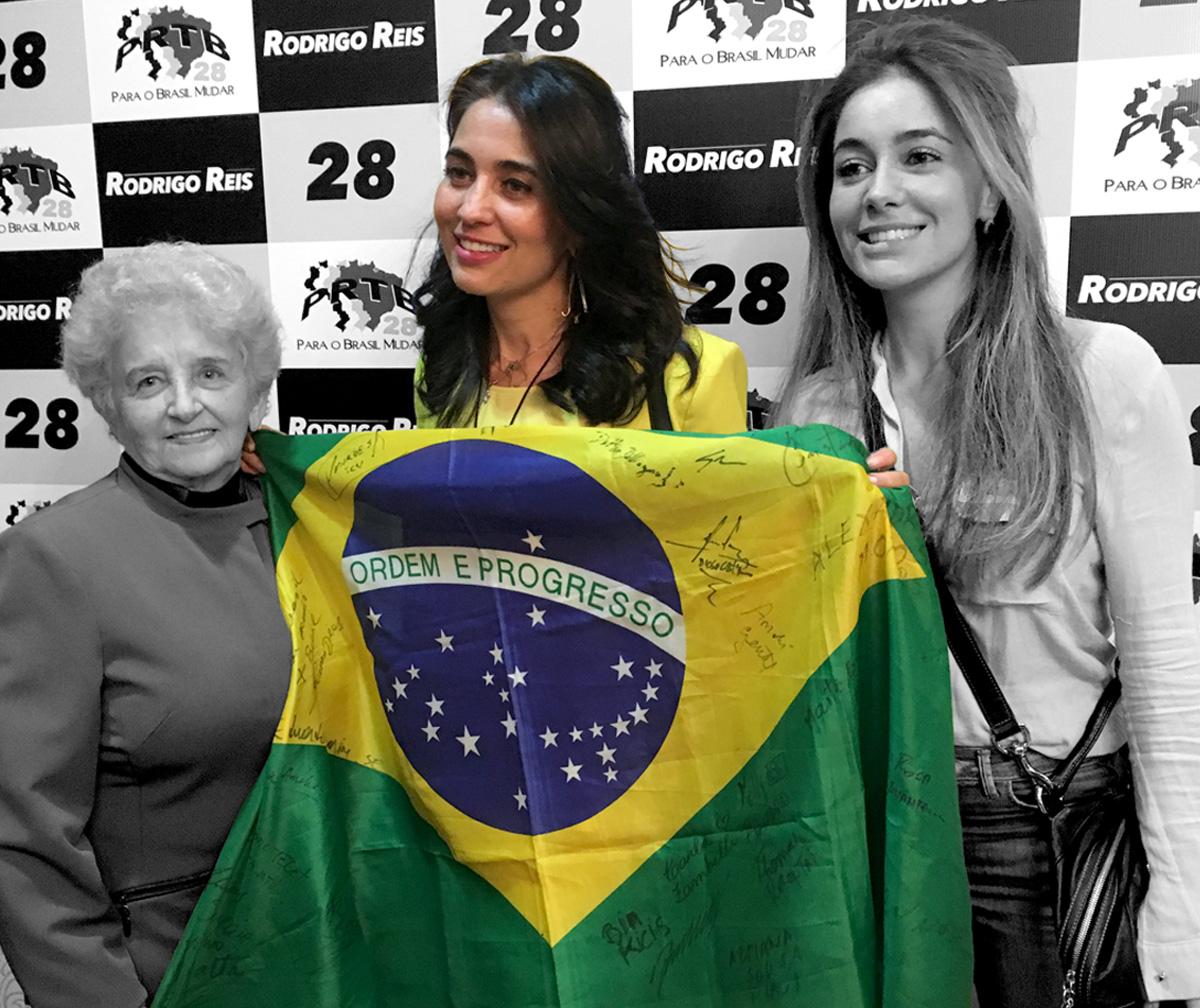 """Suplente em chapa de candidato ao Senado pelo PRTB, """"musa da Lava Jato"""", Rafaela Pilagallo, posa com bandeira autografada  FOTO: RAFAEL MORO MARTINS"""