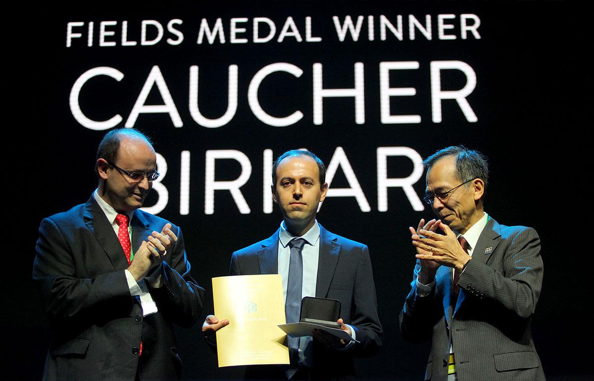 Ao centro na imagem, o britânico Caucher Birkar recebe a medalha do ministro da Educação, Rossieli Soares da Silva (à esquerda), e do presidente da União Matemática Internacional, Shigefumi Mori (à direita)