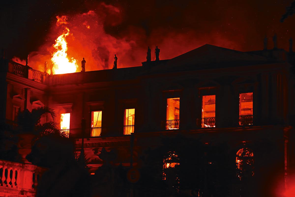 Por trás do incêndio do Museu Nacional está a história das obras que não foram feitas porque o palácio era tombado; dos anexos que não foram construídos devido à burocracia; de sucessivos cortes de verba pelo governo federal; da dificuldade em captar recursos junto às empresas privadas; dos pedidos de socorro ignorados; e, por fim, da falta de pressão nos hidrantes ao redor do palácio