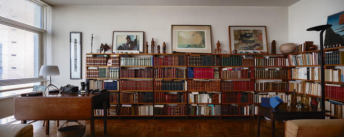 """""""Na verdade, ele os queria mais do que como simples leitura. Queria-os como esperança de saber, como companhia, como vista alegre, como pano de fundo da vida precárias e sempre aquém"""""""", escreve Antonio Candido sobre seus livros; na foto, a biblioteca e o escritório do professor na sala de seu apartamento na alameda Joaquim Eugênio de Lima, nos Jardins, em São Paulo."""