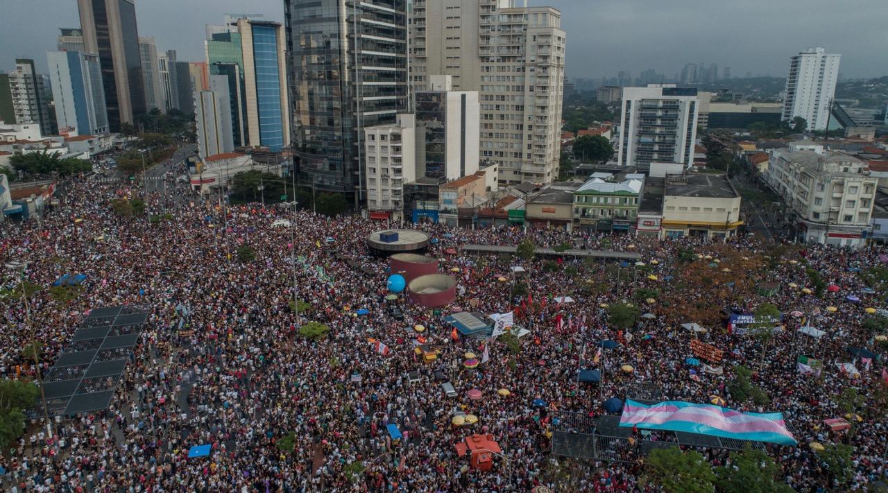 Manifestantes do #EleNão ocupam o Largo da Batata, no sábado à tarde, em São Paulo