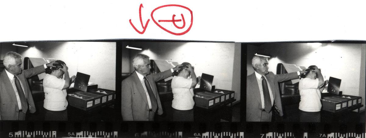 """Sequência de fotos em que Conceição Aguiar mostra as marcas da agressão. A imagem do meio ilustrou reportagem do <I>Jornal do Brasil</I>, de 1998, intitulada """"Bolsonaro agride mulher"""""""
