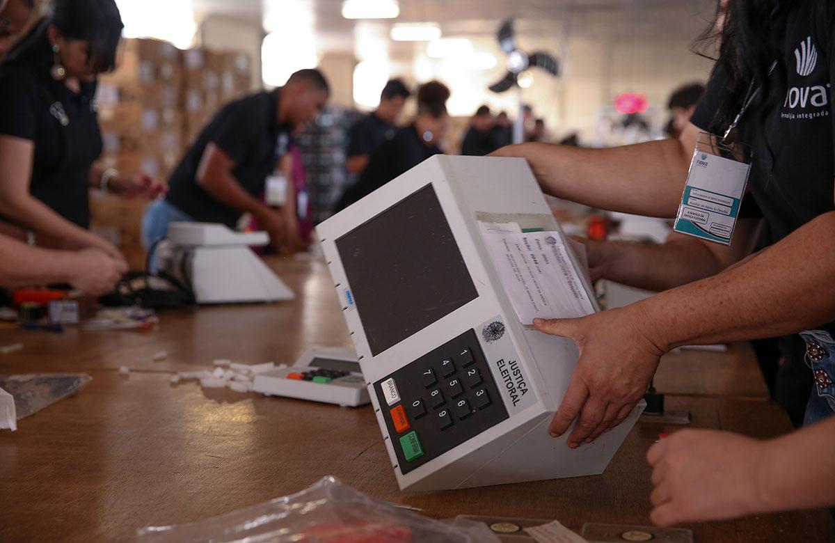 Os marqueteiros sugeriram camuflar as urnas ou instalar um jogo de arminha nelas para agradar os eleitores de Bolsonaro
