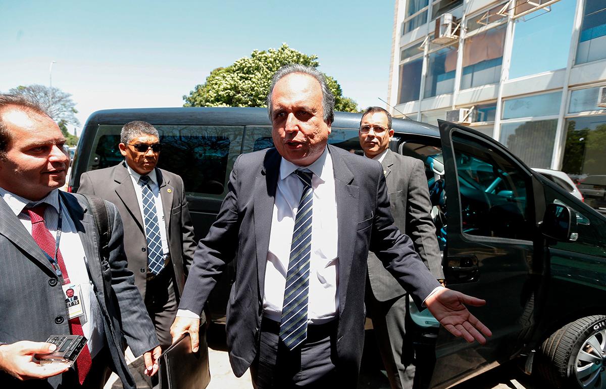 """""""O Rio de Janeiro perde um governador, mas ganha uma música. Vamos enfrentar essa situação como o carioca enfrenta os problemas: dançando"""", disse Pezão enquanto ensaiava um passinho"""