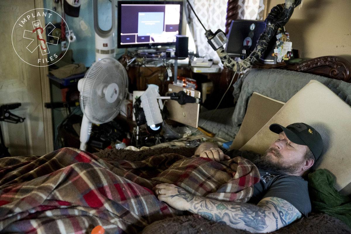 Preso à cama, Jim Taft assiste ao History Channel em sua casa em West Columbia, Carolina do Sul