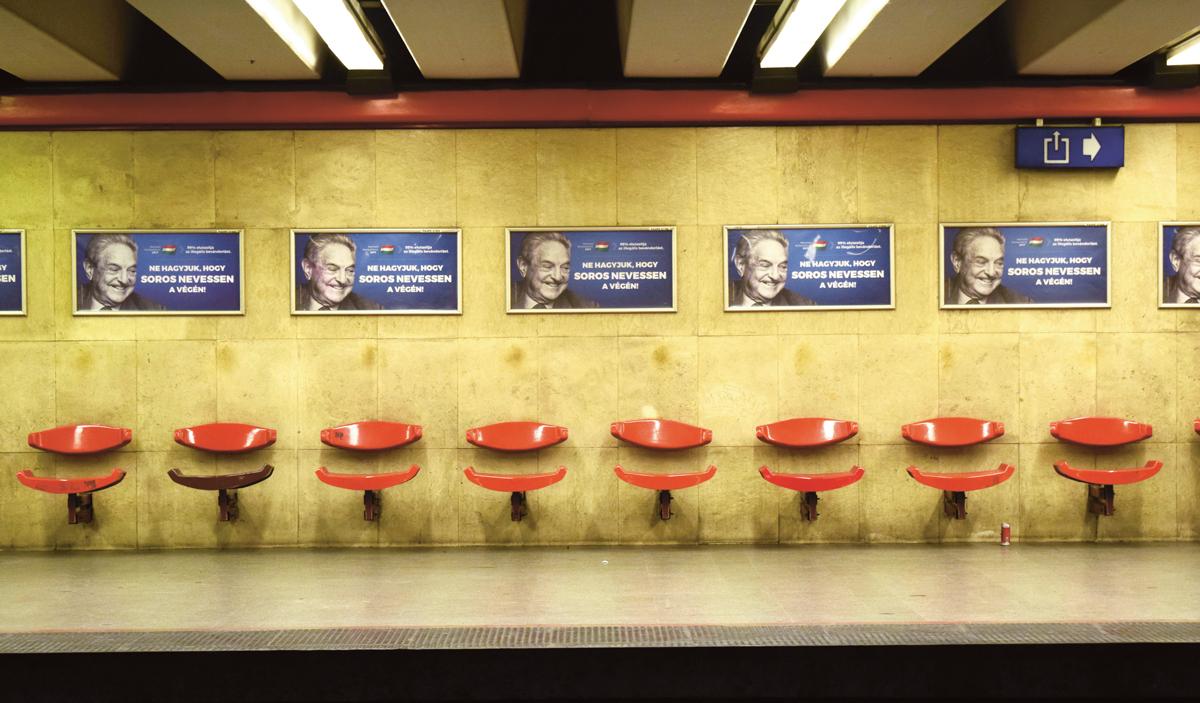 """""""Não deixe o Soros rir por último"""", apregoavam os cartazes que o governo húngaro espalhou em 2017. A campanha associava o megainvestidor à """"má influência"""" dos imigrantes no país"""