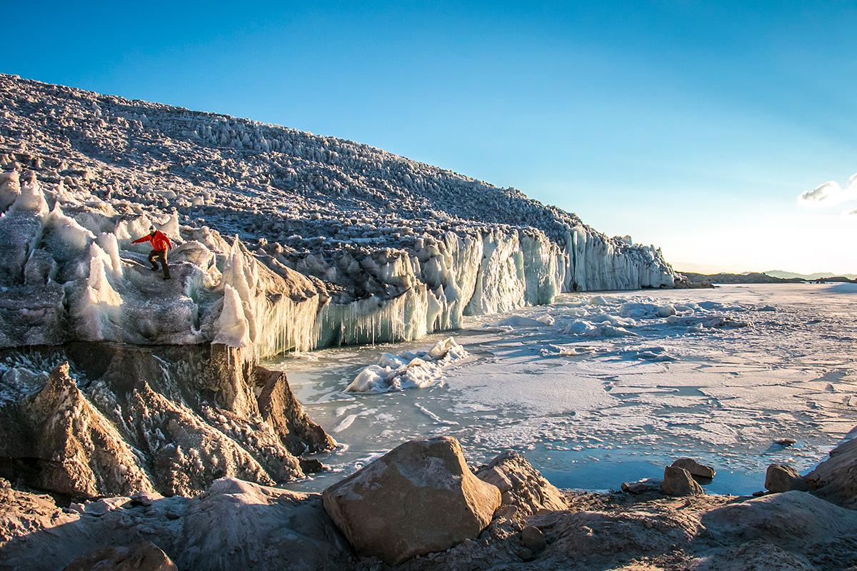 O pesquisador Daniel Dixon, da Universidade de Maine, caminha sobre uma das geleiras que escorrem da Calota de Gelo Quelccaya