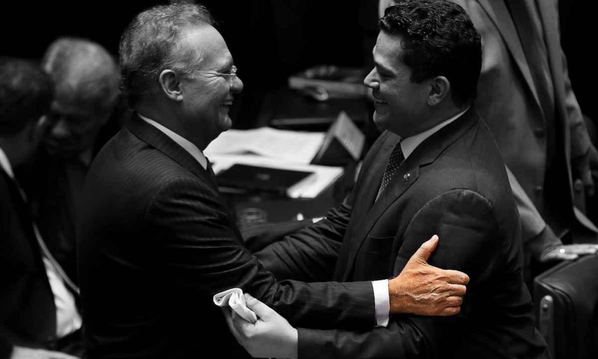 Renan aperta braço de  Alcolumbre ao cumprimentá-lo durante eleição de presidente do Senado / FolhaPress