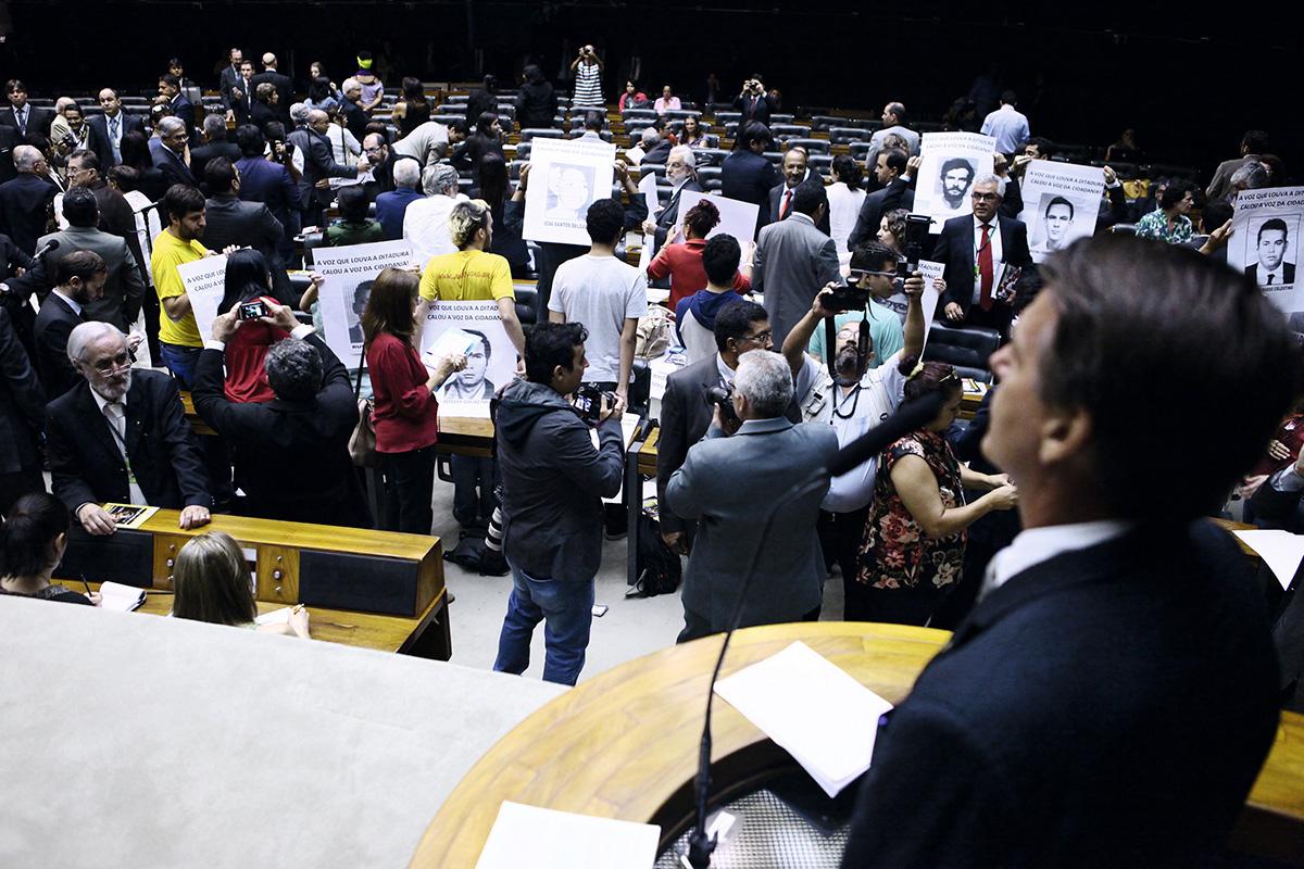 """""""Vocês vão ser torturados com algumas verdades aqui"""", disse Bolsonaro em 2014, ao tomar a palavra no Congresso para festejar os cinquenta anos do golpe. Deputados viraram as costas"""