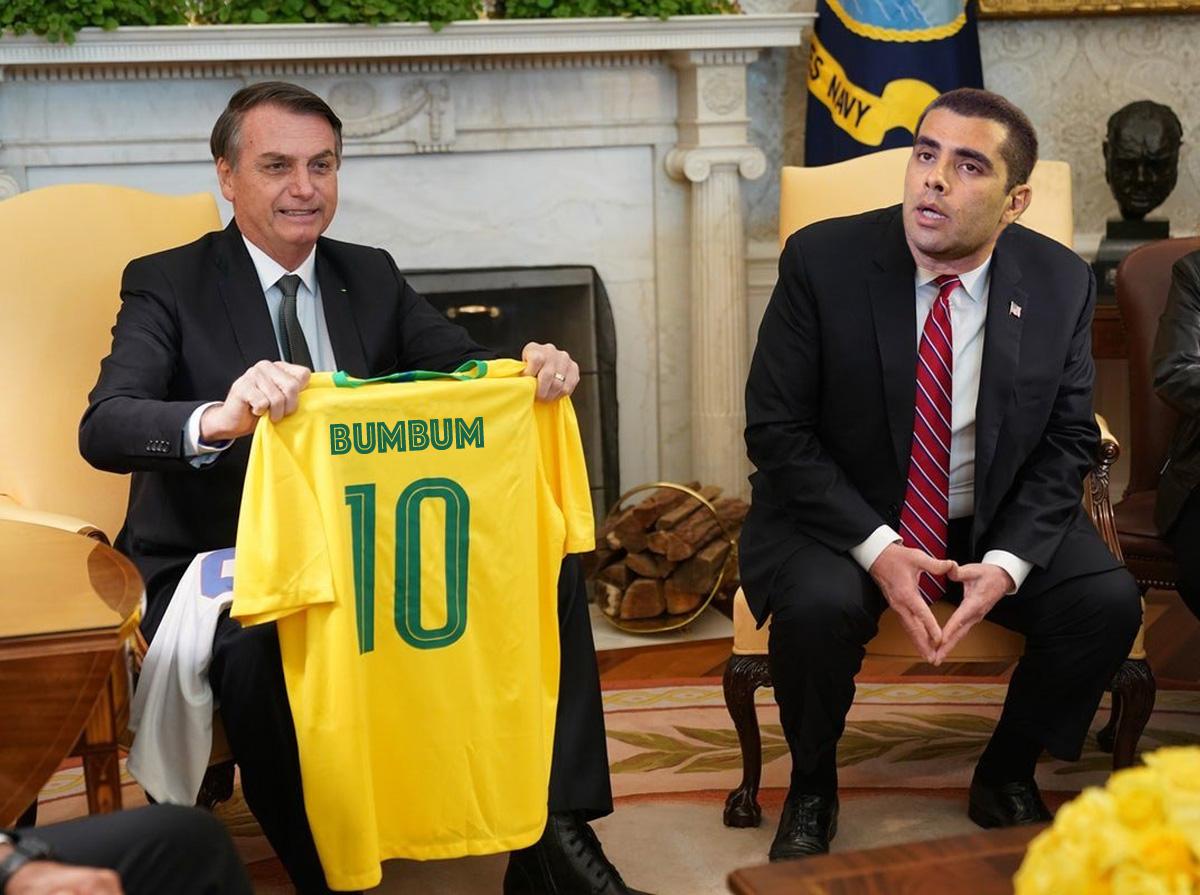 """""""Em estratégia militar a gente entende que precisa cuidar da retaguarda, e disso o Doutor Bumbunm entende kkkkk"""" afirmou Bolsonaro em tuíte simultâneo em sua conta e na dos filhos"""