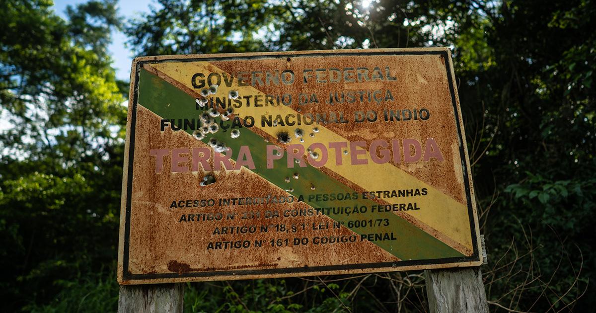 Placa baleada da Funai no limite da terra indígena Uru-Eu-Wau-Wau