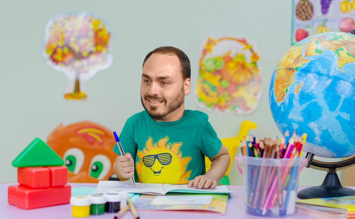 Michelzinho também vai ensinar Carlos a brincar com massinha de manobra
