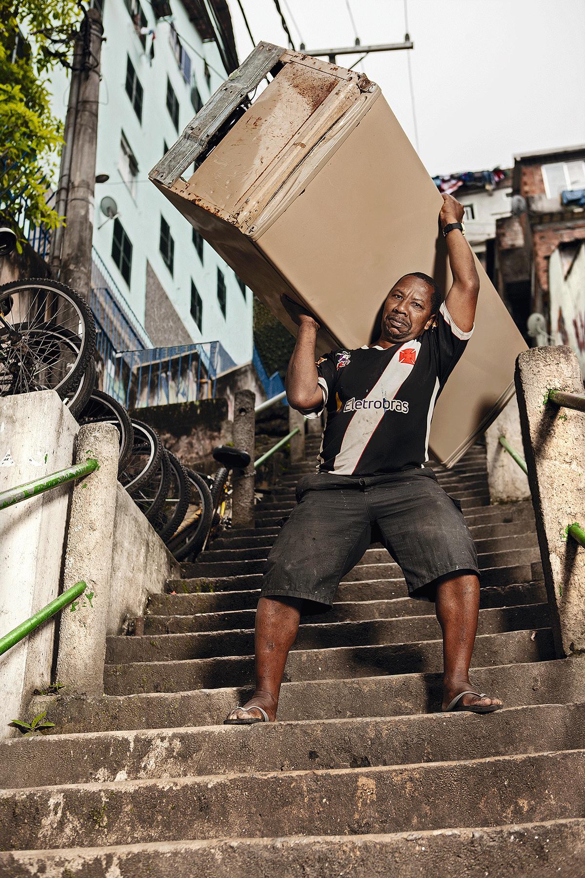 """""""Prefiro me machucar do que machucar as coisas de alguém"""", dizia Roque Luiz Ferreira. Ele carregava móveis e eletrodomésticos para o alto da favela sem ajuda de ninguém"""