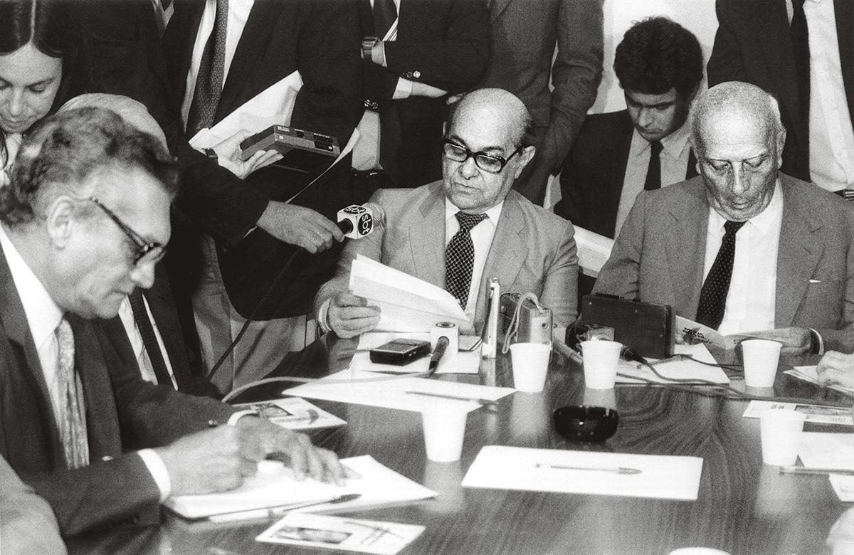 """Tancredo Neves foi """"incisivo, tocando no essencial, mas ao mesmo tempo vago"""", escreveu Celso Furtado sobre a primeira reunião da Comissão para o Plano de Ação do Governo, em 11/12/1984, da qual participaram Ulysses Guimarães e Aécio Neves"""