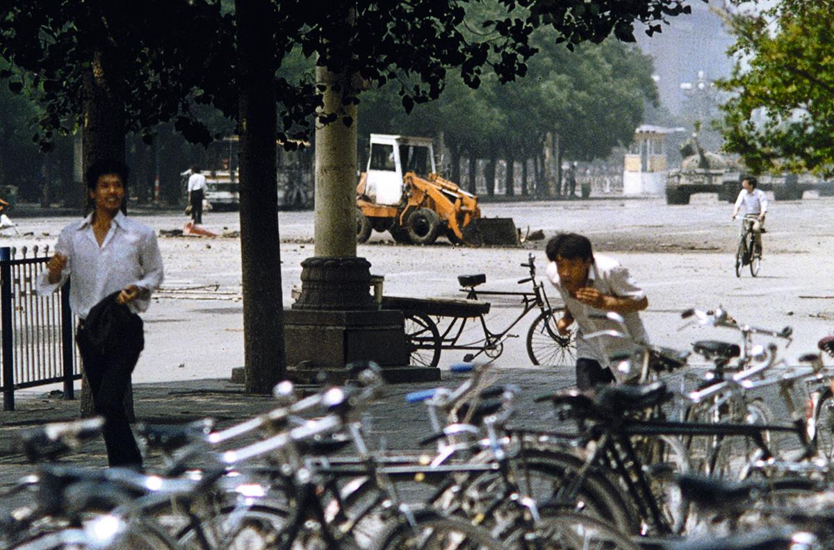 Foto revelada em 2009, dez anos depois do massacre na Praça da Paz Celestial, registra à esquerda, ao fundo, o jovem que se postou diante dos tanques; seu paradeiro segue desconhecido