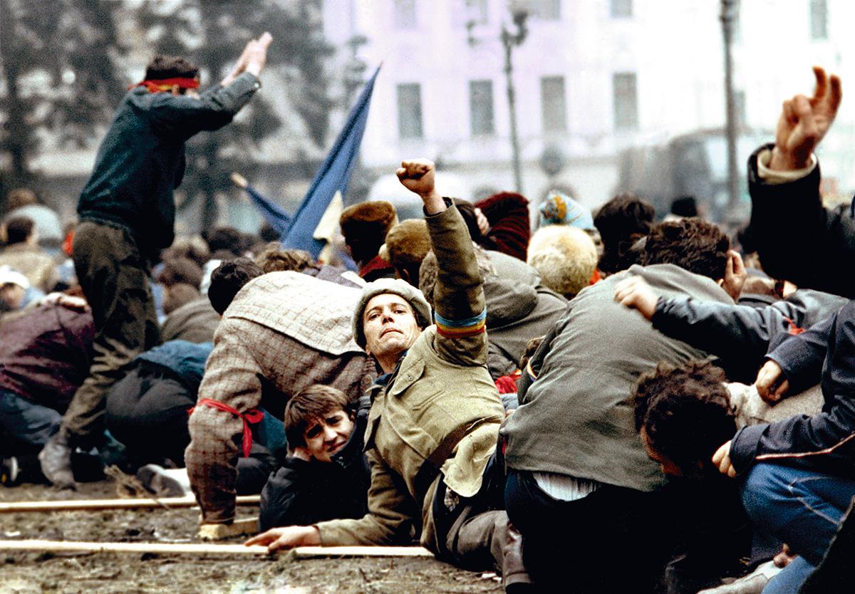 Em 1989, ano das revoluções democráticas no Leste, sociedade aberta significava promessa de liberdade. Hoje, abertura para o mundo já não conota liberdade, mas perigo: invasão de imigrantes, redução da população e perda da soberania nacional