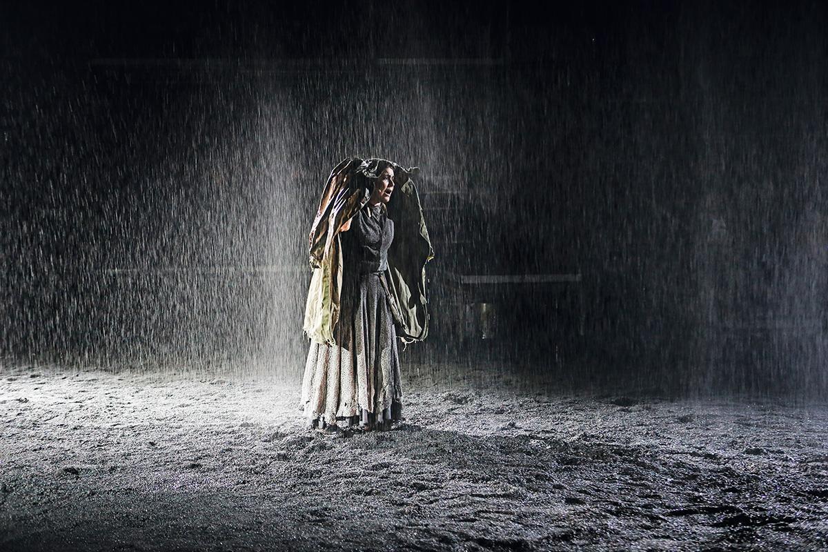"""Bete Coelho em Mãe Coragem, escrita às vésperas da Segunda Guerra; a personagem de Brecht está para as atrizes """"maduras e velhas"""", ela diz, como Hamlet para os atores """"maduros e jovens"""""""
