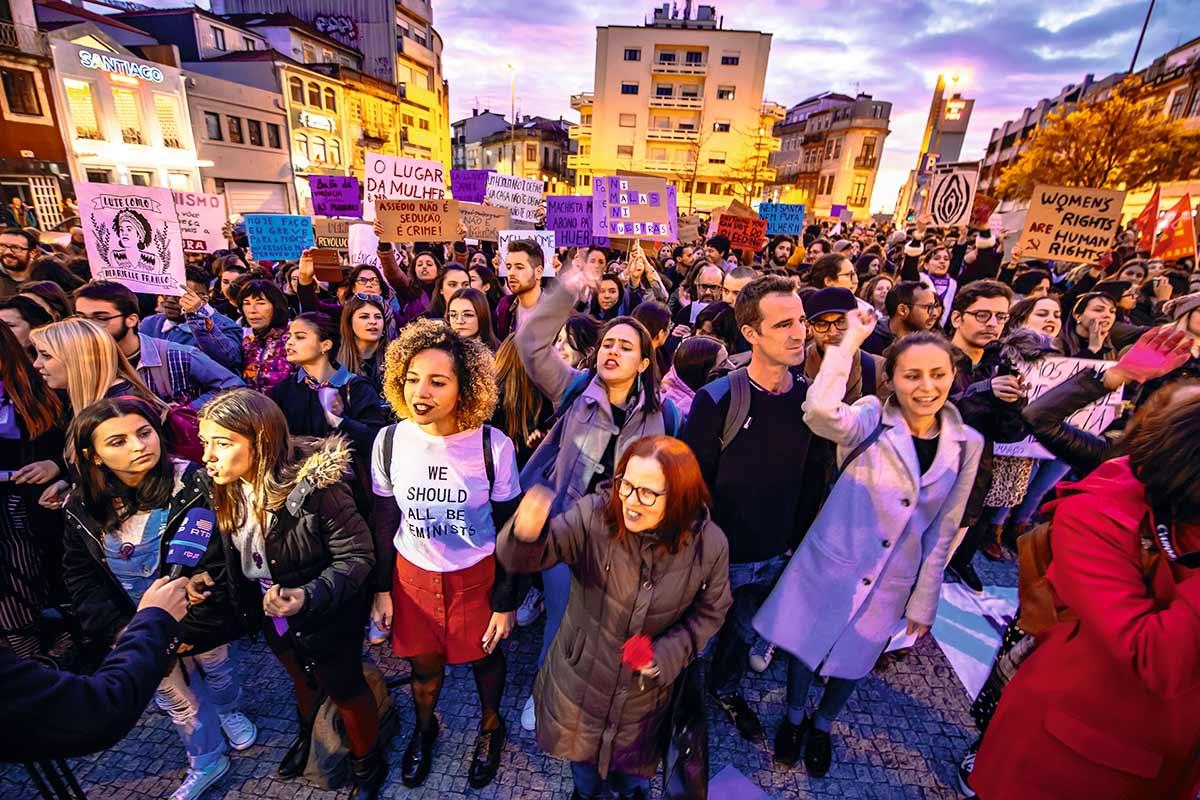 """A Greve Internacional Feminista tomou as ruas do Porto e de outras cidades portuguesas pela primeira vez em 8 de março, recomendando às mulheres que, naquele dia, não fizessem nenhum trabalho doméstico: """"E se hoje não lavar a louça? E se não passar a ferro?"""", diziam os cartazes"""