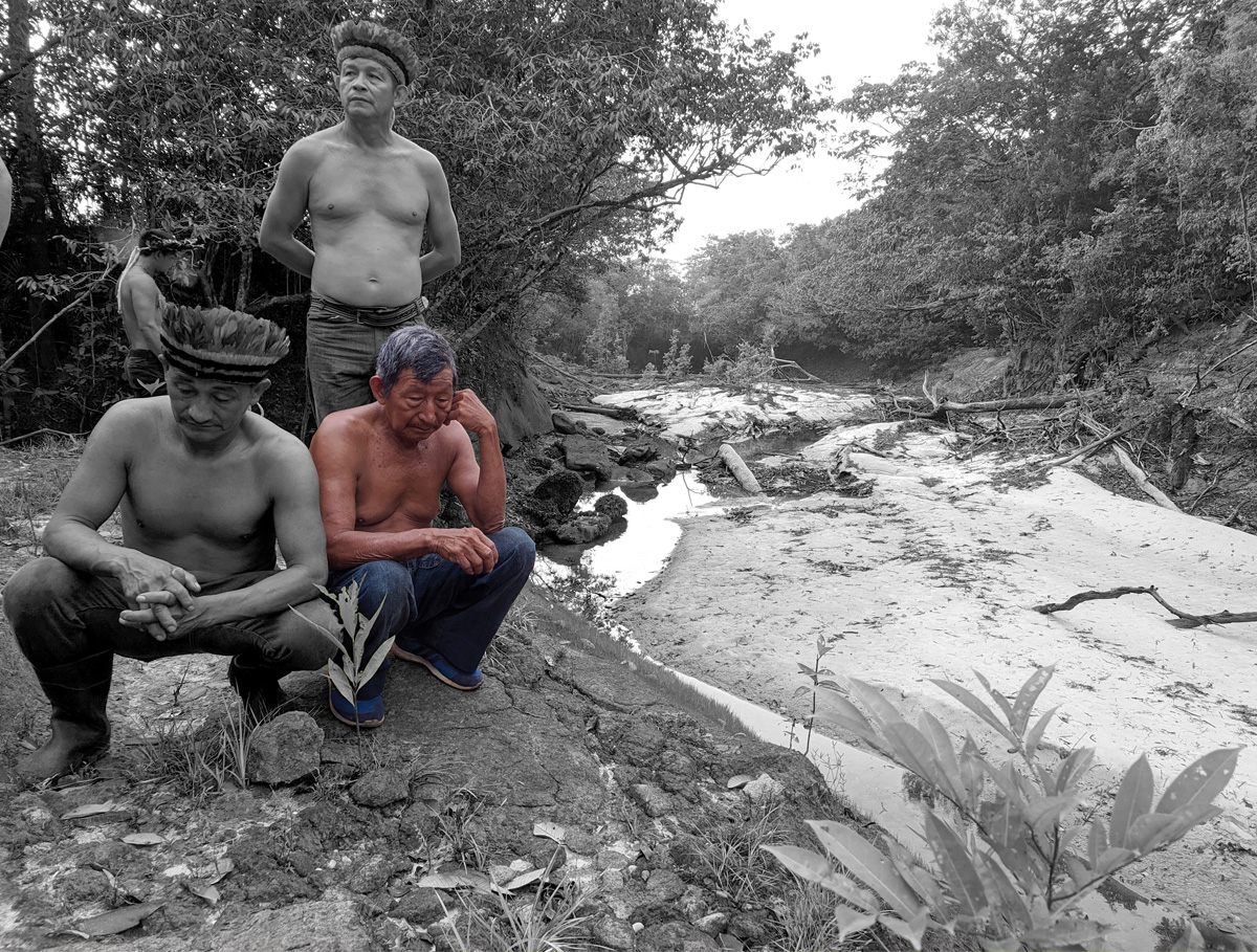 Felipe Tenharin observa a nascente do rio –