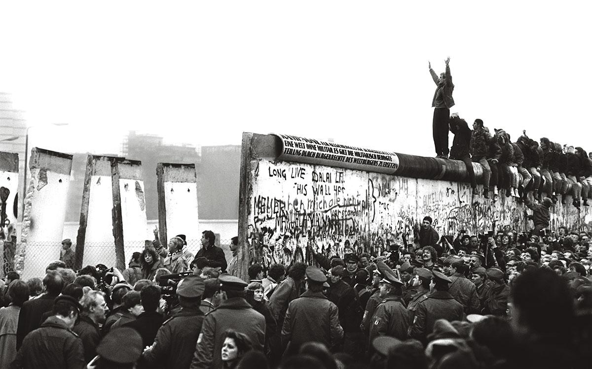 O Muro de Berlim foi aberto sem a força das armas, em novembro de 1989. No lado oriental da cidade, a multidão aglomerada nos postos de fronteira, embora tenha pedido passagem em altos brados e com insistência, mostrou-se sempre pacífica e não forçou os portões, como temiam os guardas