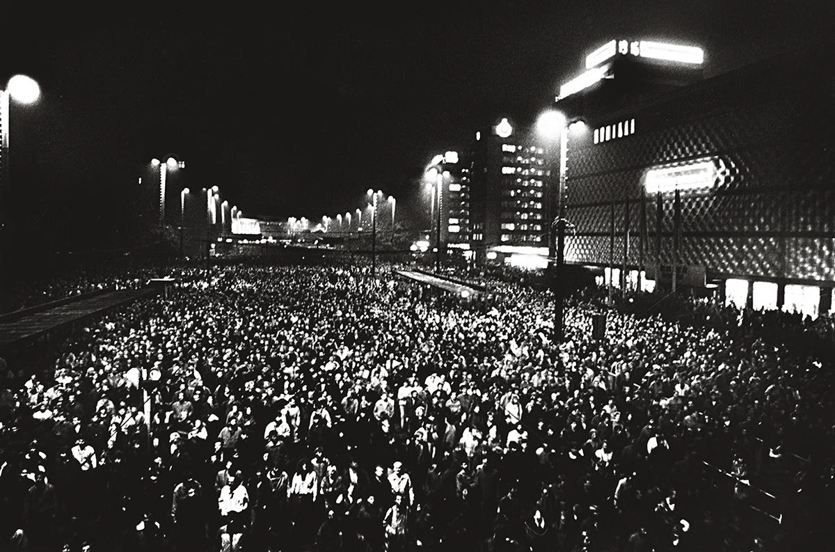 Em 1989, os protestos em Leipzig foram ganhando a adesão de dezenas, centenas e, finalmente, milhares de pessoas. Nessa cidade, em 9 de outubro, ocorreu a primeira vitória da revolução pacífica em processo na Alemanha Oriental: uma gigantesca manifestação que o aparato de repressão pretendia aniquilar, segundo boatos, mas não o fez
