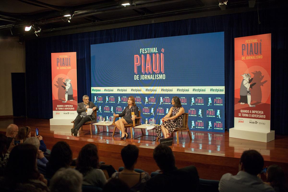 Na abertura do Festival Piauí de Jornalismo, a jornalista venezuelana Beatriz Adrián (ao centro) foi entrevistada pelo diretor de redação da piauí, Fernando de Barros e Silva, e pela professora Edilamar Galvão, da Faap