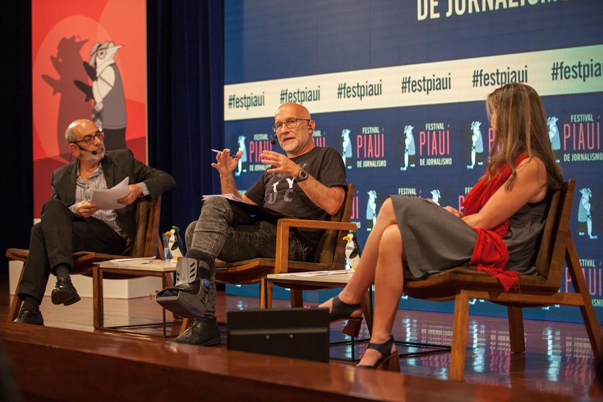 Editor-chefe do portal OKO.press, o polonês Piotr Pacewicz (ao centro) foi entrevistado por Alcino Leite Neto, editor da piauí, e pela jornalista Patrícia Campos Mello