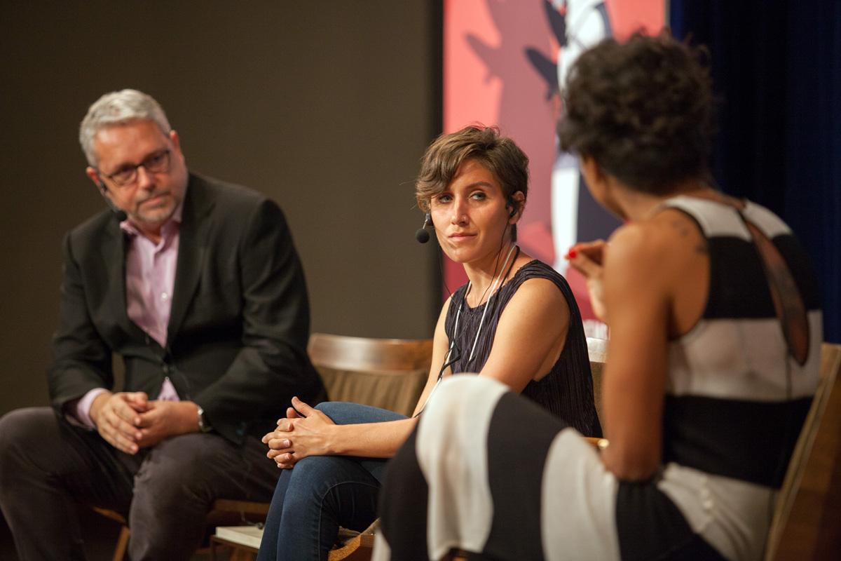 A jornalista turca Pelin Ünker (ao centro), conversou com José Roberto de Toledo, editor da piauí, e Aline Midlej, da GloboNews.