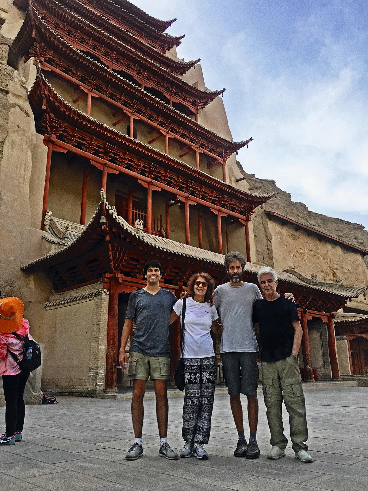 Na última foto em família, feita na China, estamos todos sorridentes, numa combinação entre o esforço de parecermos felizes e a sensação sincera de que era um privilégio estar ali