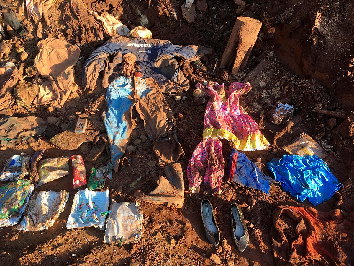 Roupas e objetos retirados da lama –