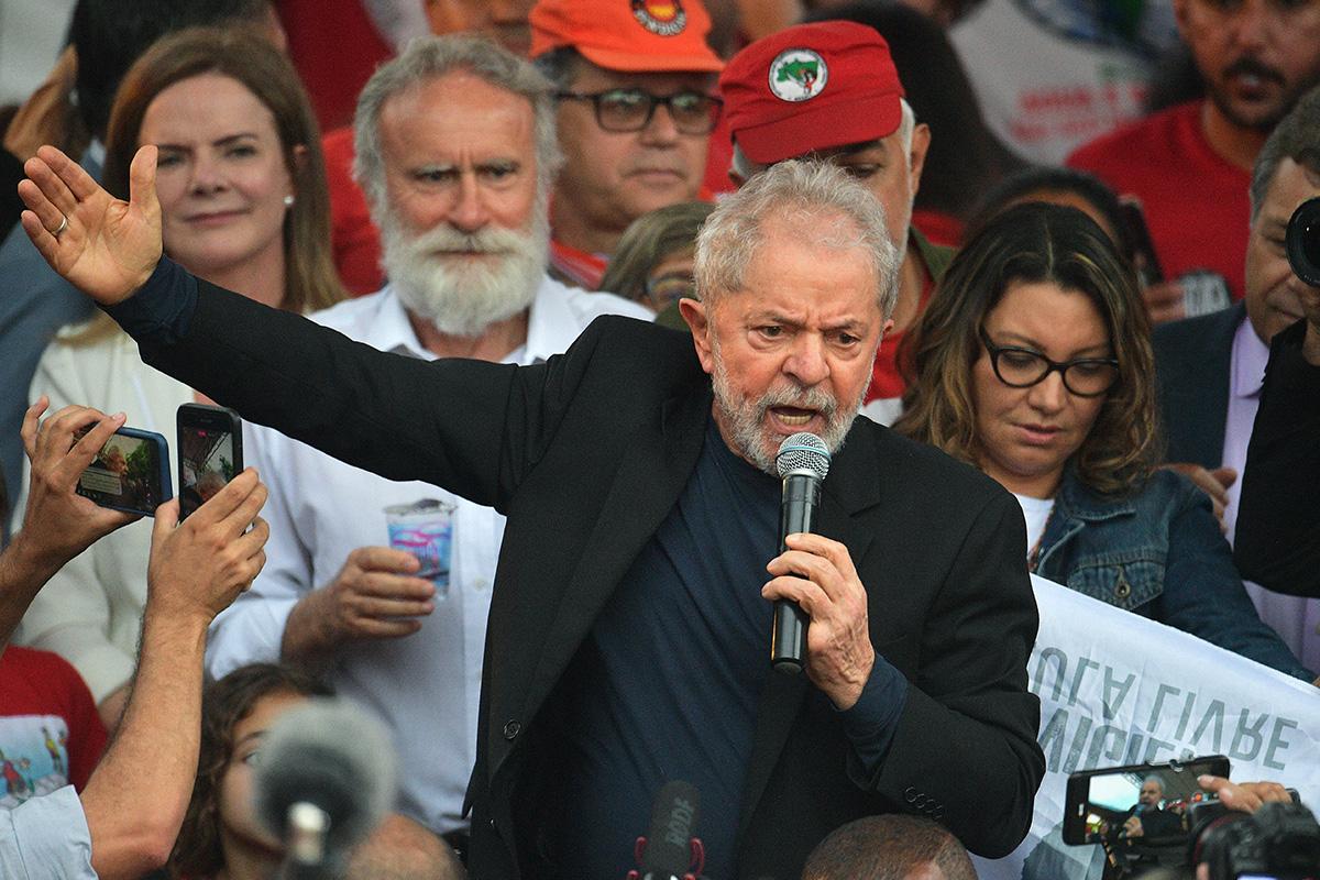 Lula discursa ao deixar a Polícia Federal