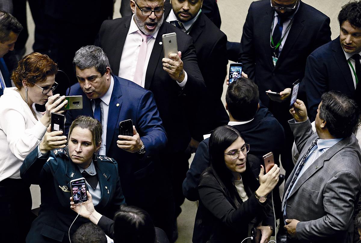 Candidatos com presença forte no YouTube foram eleitos em 2018 para a Câmara, onde agora deputados se acotovelam enquanto gravam vídeos para seus seguidores. A assimetria entre direita e esquerda verificada nas redes sociais se reproduz ali: dos dez canais de parlamentares mais populares na plataforma em 2019, apenas dois são de oposição