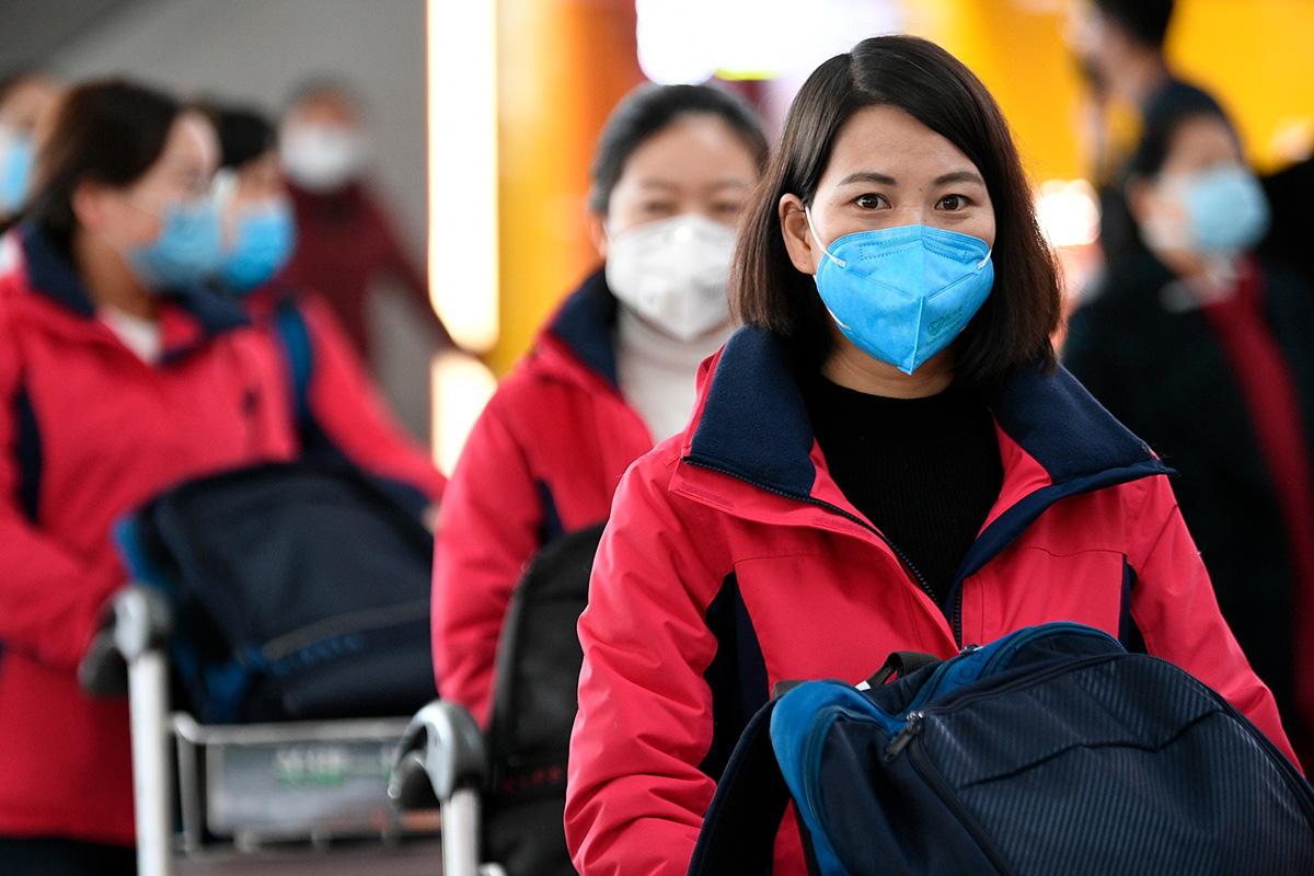 Equipe médica no aeroporto de Yinchuan, na China