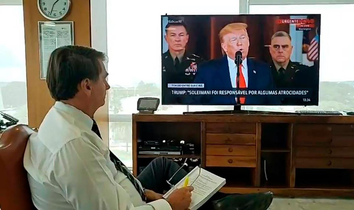 Bolsonaro é visto assistindo versão pirata do especial que circula pela deep web