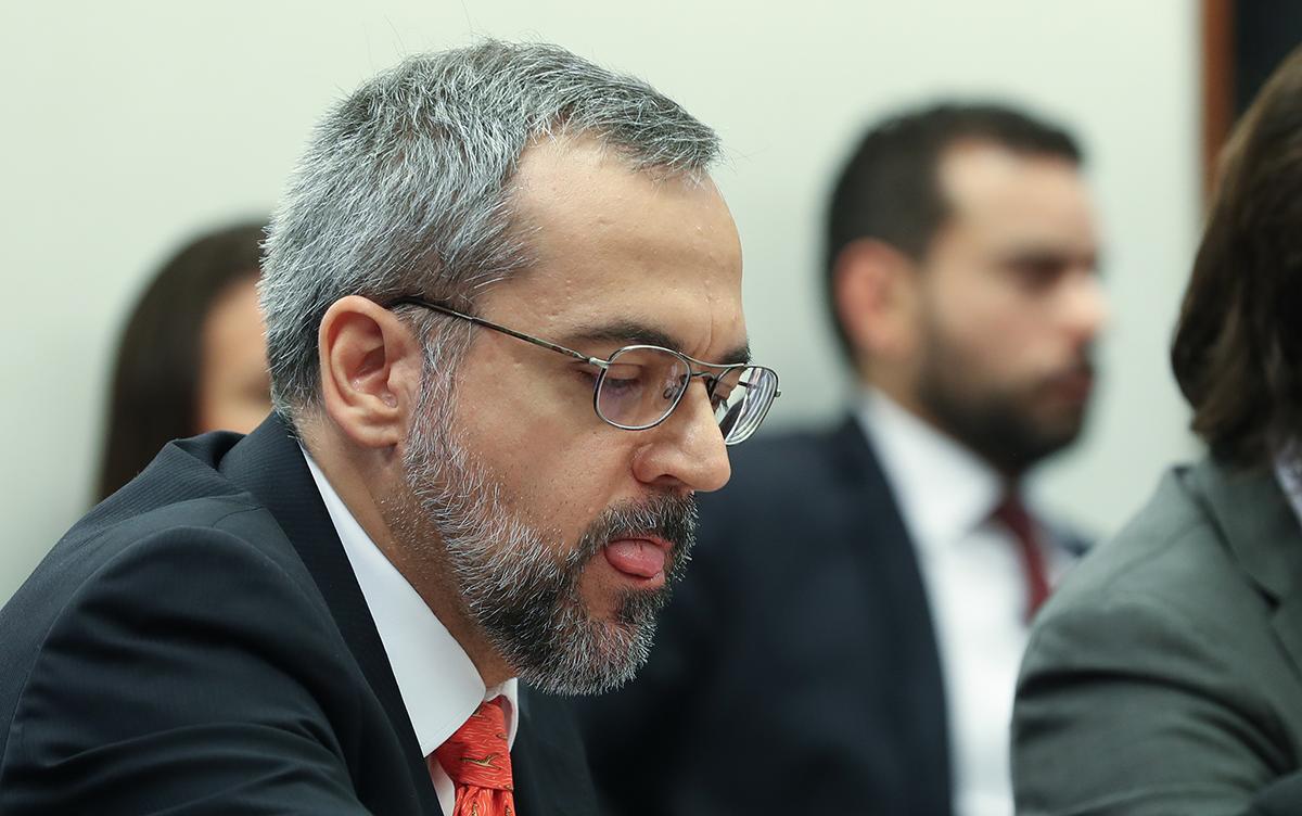 """O Governo pretende lançar em breve o dicionário """"Abraham"""" como alternativa ao """"Aurélio"""""""