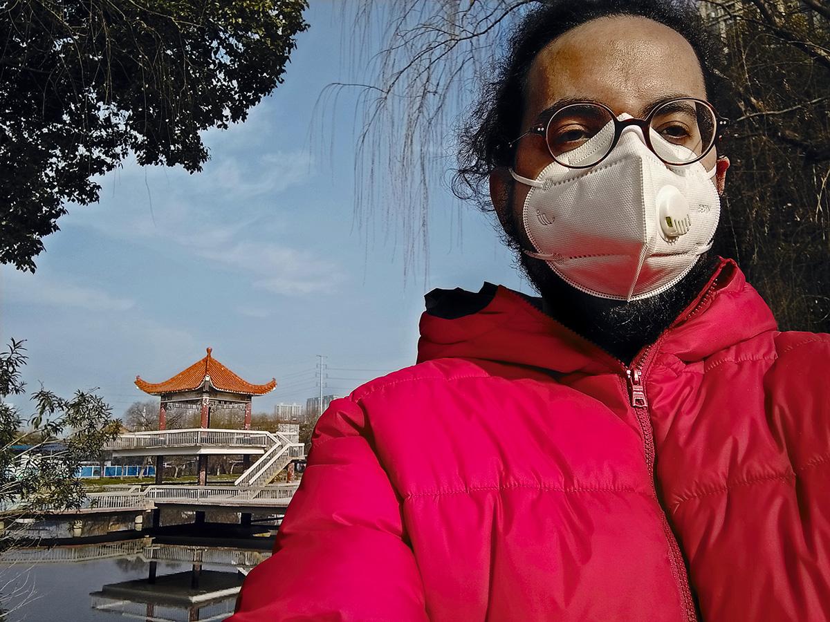 Em 4 de fevereiro, munido de coragem, máscara e luva, passeei num parque próximo, o que não fazia há semanas. As ruas de Wuhan estão vazias – todos se fecharam em casa, com medo