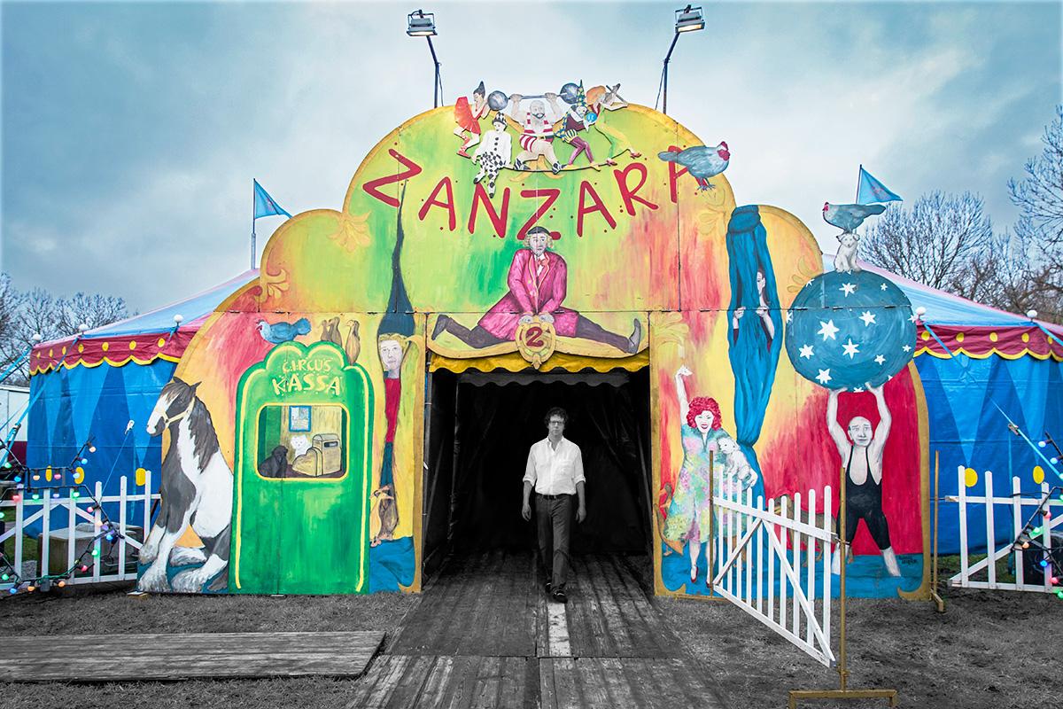 """Uma montagem de Grunberg na porta de entrada do Zanzara: """"Agora que estou aqui, pendurado nas cordas do circo, percebo com quem foi que me relacionei mais intimamente – o medo"""""""