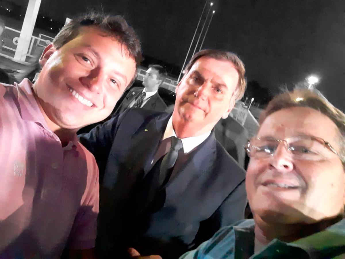 Junior Manfrinato (à direita) e o filho na selfie com Bolsonaro –