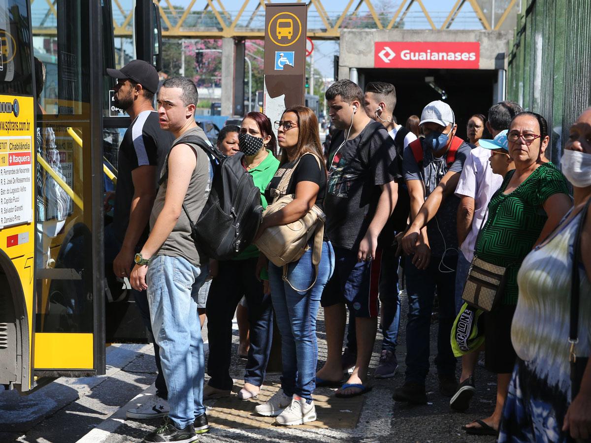Aglomeração em ponto de ônibus na Zona Leste –
