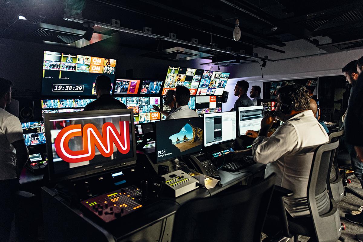 O switcher, a sala de onde se controla tudo o que vai ao ar: o dono da CNN, Rubens Menin, também é austero em casa. Ele e a família têm um grupo de WhatsApp para discutir cortes nos gastos domésticos. O grupo chama-se Tesoura