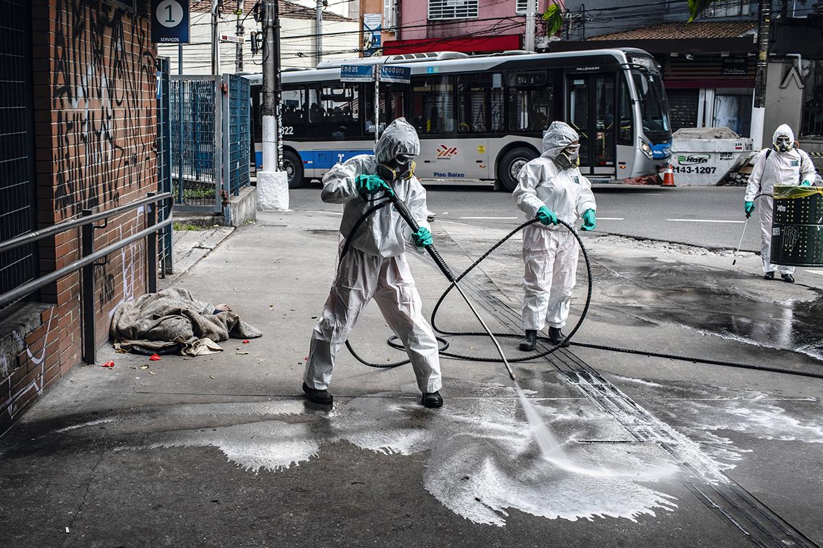 Limpeza e miséria, na porta do Hospital das Clínicas, em São Paulo: a pandemia mostra que, mesmo em países com excelente sistema de saúde, é preciso ter uma liderança responsável