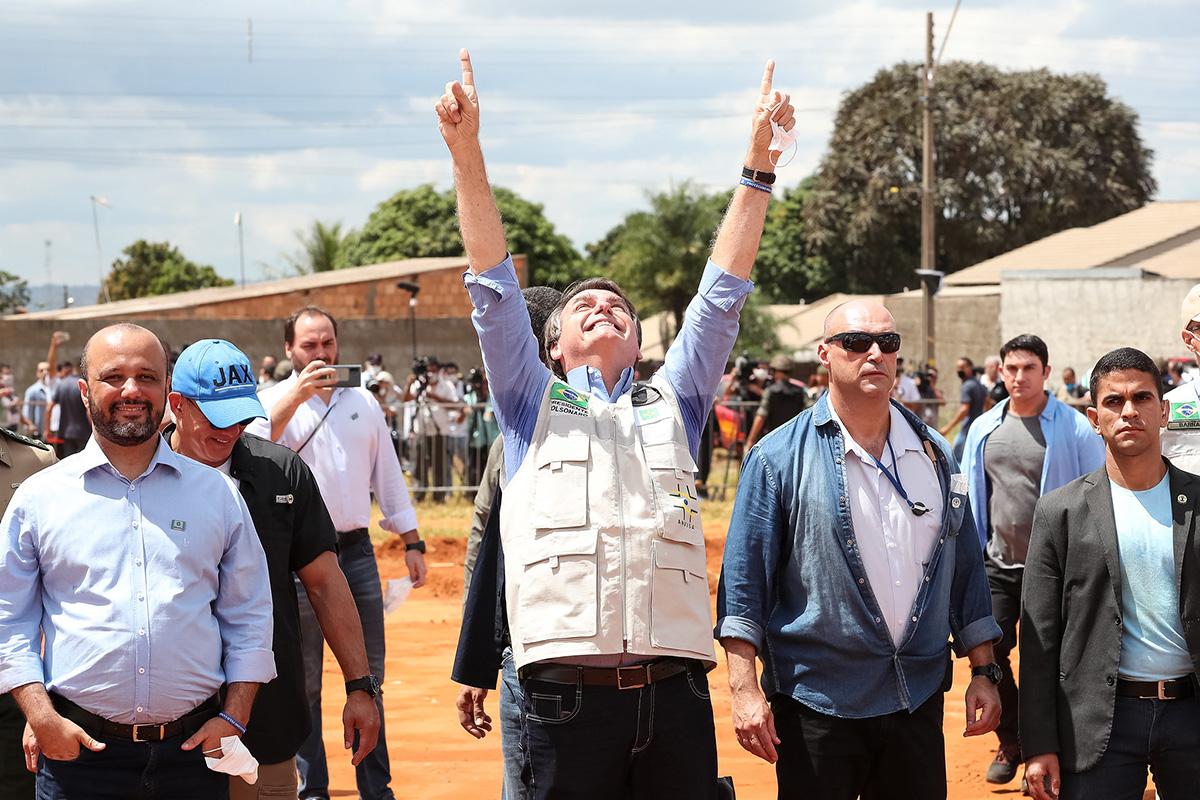 Para celebrar a construção dos gabinetes, Bolsonaro marcou um churrasco, onde pretende queimar todos os vídeos em que foi filmado criticando a corrupção do Centrão