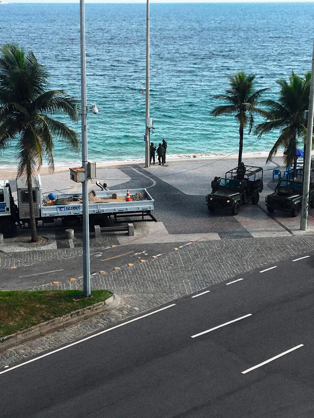 Cena da intervenção militar no Rio: hoje, o interventor está no governo que protege Queiroz