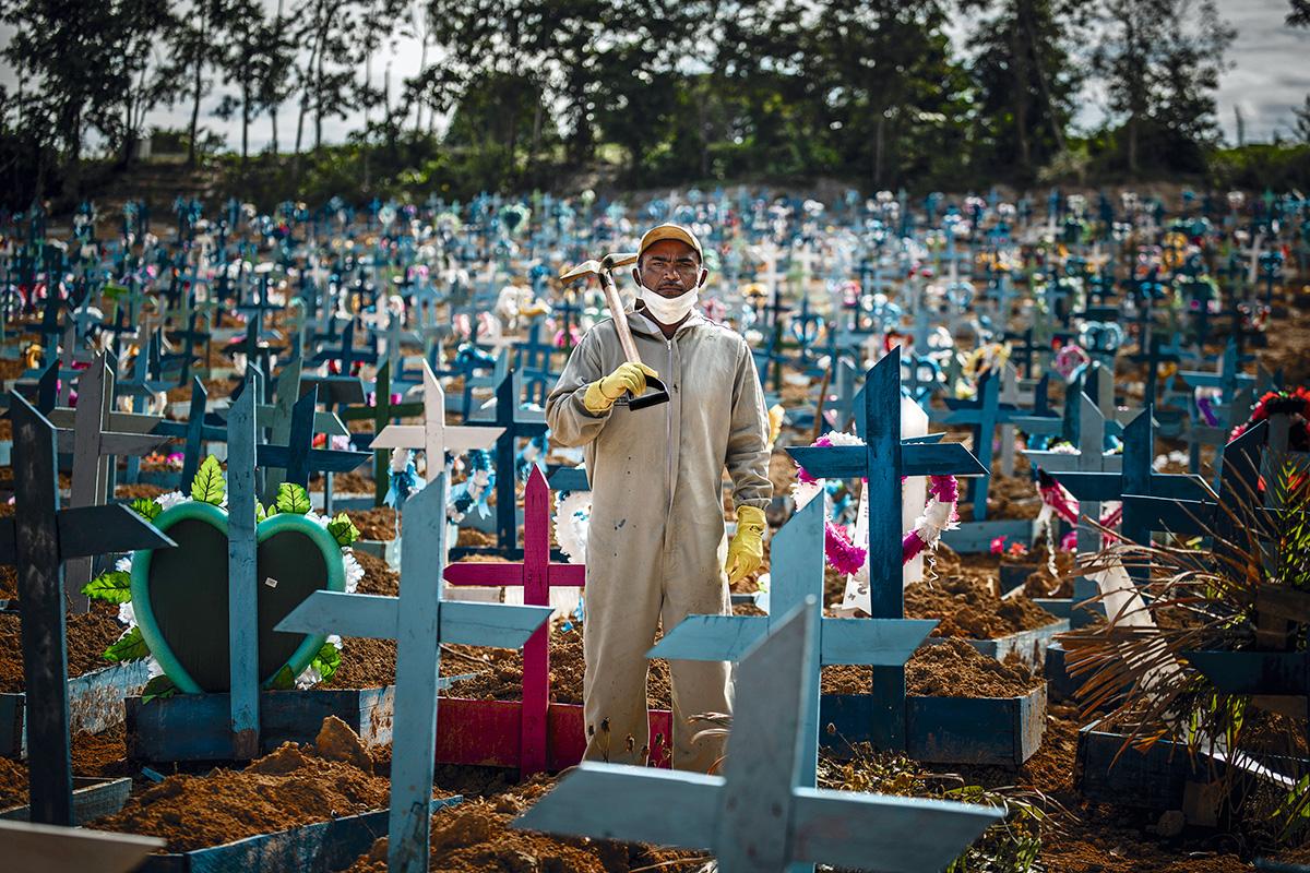 """Silva Santos, no cemitério em que trabalha: """"Faço compra para o mês inteiro. Alugo um carro particular pra caber tudo e vou dirigindo pro mercado. Minha mulher vai junto. Eu chamo ela de 'Pai', não sei por quê. Ela me chama de 'Amor'"""""""